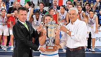 FIBA Europe Secretary General Nar Zanolin presents the winners trophy to Italy captain Beatrice Carta