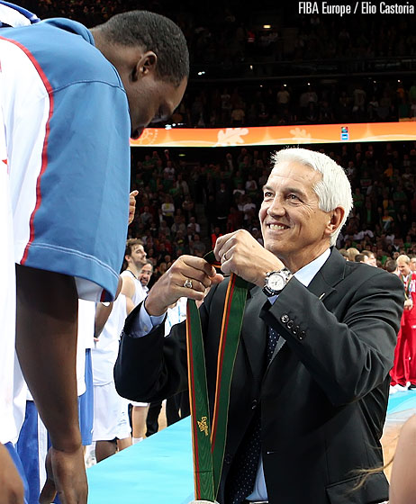 Florent Pietrus receives his silver medal from FIBA Europe Secretary General Nar Zanolin