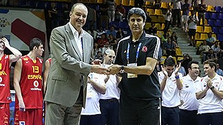 Fair Play Award Winner Mehmet Dogusgen from Turkey being presented the award by Ukrainian Basketball Federation Secretary General Olexandr Larin