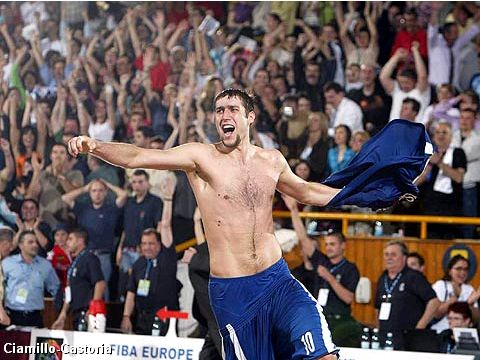 Catalin Burlacu (CSU Asesoft Ploiesti) celebrates victory in the 2005 FIBA Europe Cup Men