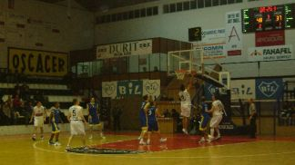 Easy lay-up for André Pinto (Ovarense)