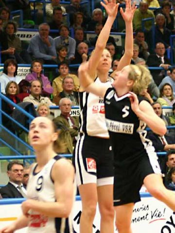 Vedrana Grgin Fonseca shoots over Allison Tranquilli