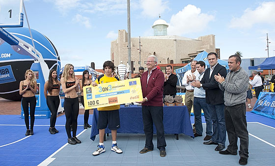 Gran Canaria 3on3 Tour Master Final - Team Jordan is presented with prize