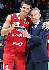 FIP President Gianni Petrucci presents the Final Four MVP award to Andrea Cinciarini