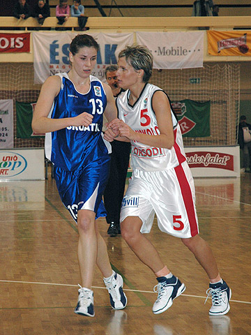 Orsolya Englert (right - DKSK Miskolc) and Ana Cacic (ZKK Croatia Zagreb)