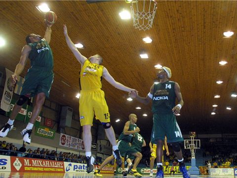Jumping for the rebound: Shawn Huff (Honka) grabs the ball, while Antti Nikkilä stretches in vain.