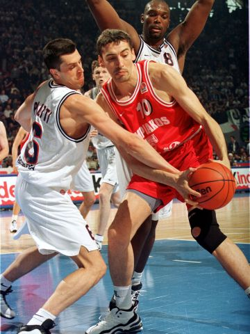 Panagiotis Fassoulas (right - OLYMPIAKOS BC PIRAEUS) and Claudio Pilutti (WINNINGTON GROUP BOLOGNA) at the 1999 EuroLeague Final Four in Munich