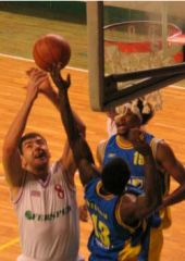 Monty Wilson (Apoel) and Toni Simik (Rabotnicki) fighting for the rebound