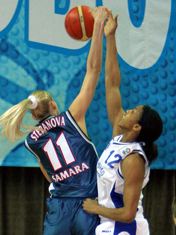 Maria Stepanova (VBM-SGAU Samara, left) and Tammy Sutton-Brown (Dynamo Moscow)