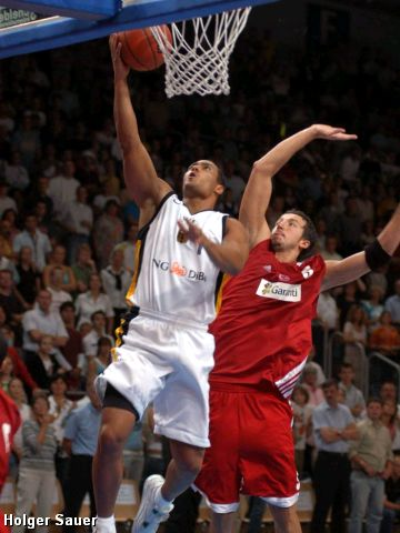 Germany's Robert Garrett beats Turkey's Hidayet Turkoglu on this drive