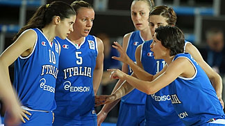 Giorgia Sottana gives instructions to her teammates (Italy)