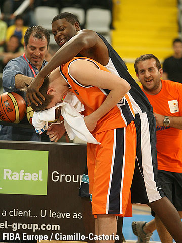 Ryan Randle (Rest of the World) with Vasily Zavoruev, winner of the three-point contest