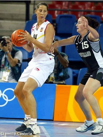 Betty Cebrian (Spain) guarded by Jodi Tini (New Zealand)