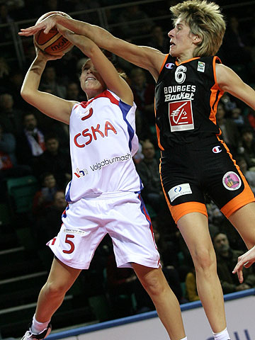 Kristin Haynie (left - CSKA Volgaburmash) and Catherine Melain (Bourges Basket)