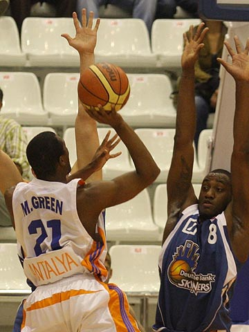 21. Michael Green (Antalya Basket), 8. Anthony L King (D. Bank Skyliners)