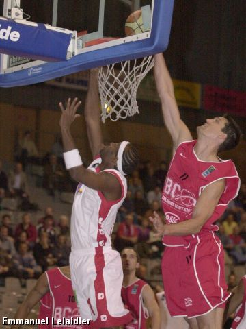Joey Beard (Oostende) comes to late to stop Jermaine Guice`s tip-in.