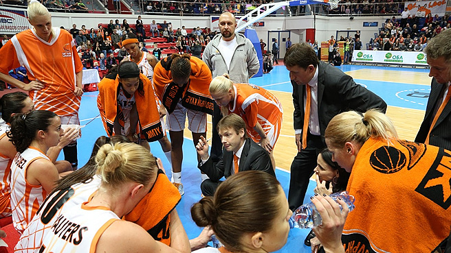 UMMC head coach Olaf Lange addressing his team in a time-out