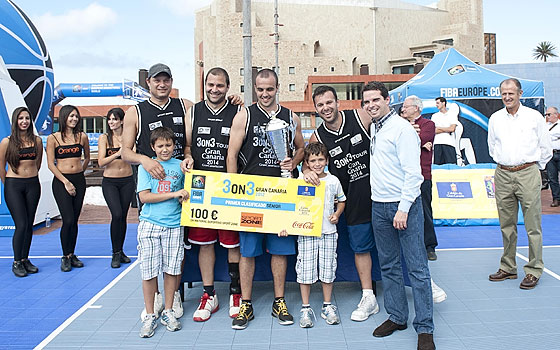 Gran Canaria 3on3 Tour Master Final - Team Yetsema is presented with trophy