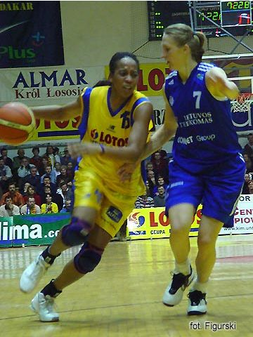 Chasity Melvin (Lotos VBW) guarded by Jurgita Streimikyte