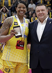 Sergei Fomin presents Kia Vaughn with her EuroLeague Women Final Four MVP award