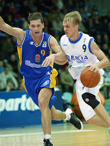 Raimonds Vaikulis (Dexia Mons-Hainaut, right) and Sergey Krasnikov (BC Khimki)