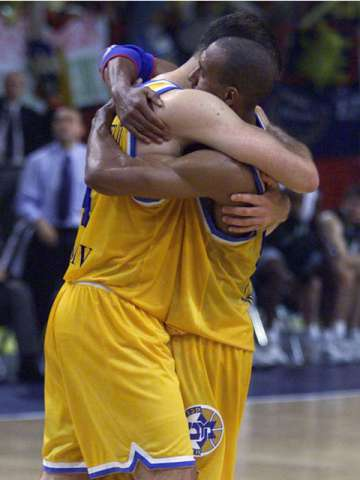 Nadav Henefield and Arriel Mc Donald (Maccabi Tel Aviv) celebrate the 2001 SuproLeague title