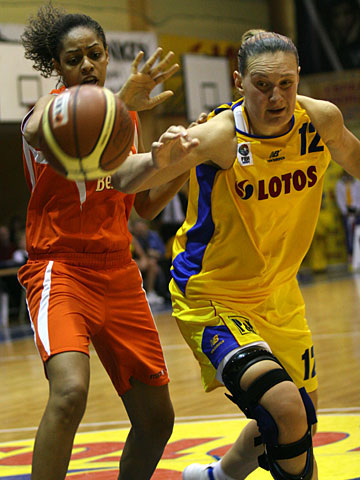 Beathny Donaphin (Famila Schio, left) and Rankica Sarenac (Lotos Gdynia)