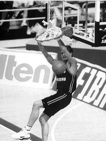 Henning Harnisch dunks at the 1993 European Championship in Germany