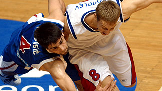 Milos Teodosic (left, Serbia & Mont.) and Yaroslav Korolev (Russia)