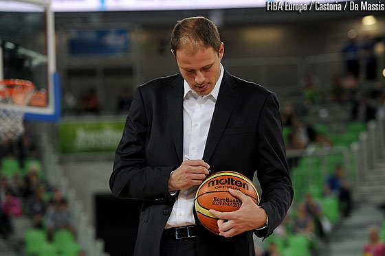 EuroBasket 2013 Ambassador Raso Nesterovic signing the ball to be handed over to the Organising Committee of EuroBasket 2015