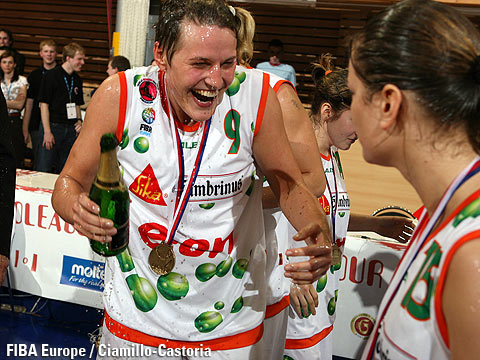 Hana Machová celebrating after winning the EuroLeague Women 2006