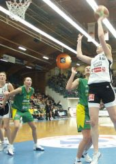 Elodie Godin (Bourges) with the left-handed hook
