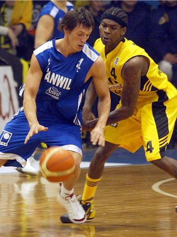 Anwil guard Janis Blums puts the moves on Smush Parker