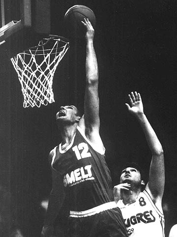 Marijan Kraljevic (Union Olimpija Ljubljana) dunks at the 1994 Saporta Cup final against Taugres