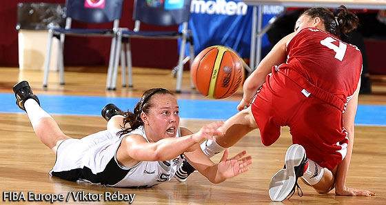 Melis Gülcan (Turkey) and Julie Allemand (Belgium) fight for the loose ball