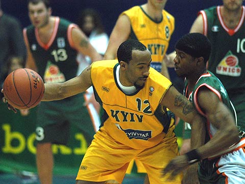 Lamarr Greer (left - BC Kyiv) and Shammond Williams (UNICS KAZAN)