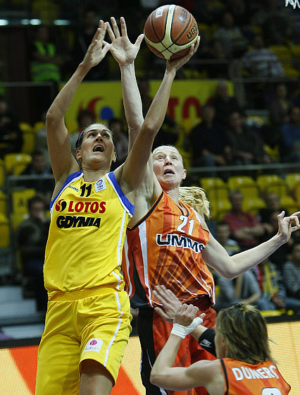 Milka Bjelica (Lotos Gdynia, left) and Ann Wauters (UMMC Ekaterinburg)