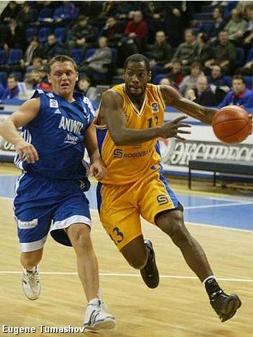 Oscar Torres (right - BC Khimki) and Rinalds Sirsnins (Anwil Wloclawek)