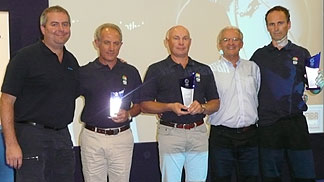 Miguel Betancor honours retired referees at the Clinic in Freising.