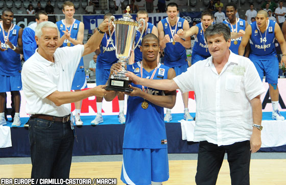 FIBA Europe Secretary General Nar Zanolin and Croatian Basketball Federation President Danko Radic present the winners' trophy to Andrew Albicy