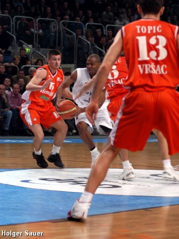 Will Derrick Talor (GHP Bamberg) succeed and get through Hemofarm's defense?