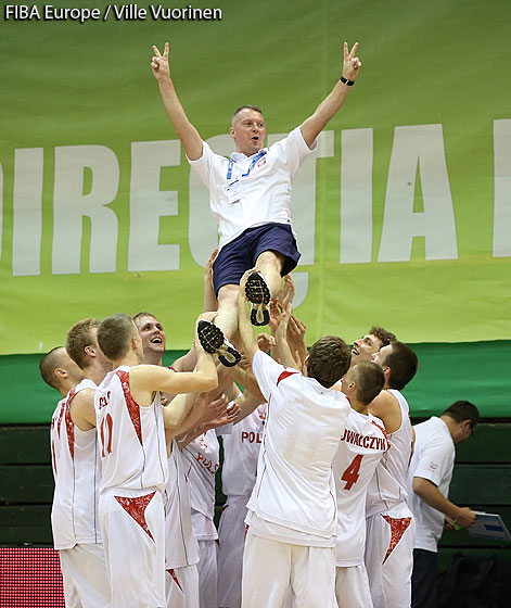 Poland head coach Mariusz Niedbalski enjoying a treat by his team
