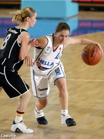 Vasiliki Tzimou (Greece) guarded by Germany's Tanja Schäffner