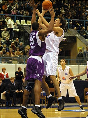 Jurica Golemac (Ural Great) shoots over Nahariya's Rodger Farrington
