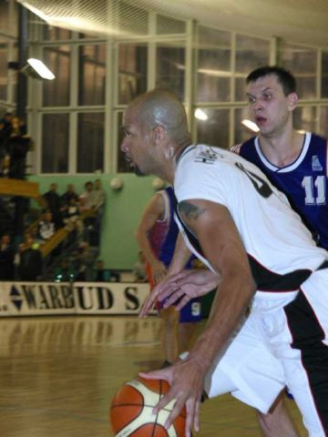 Polonia center Antonio Harvey goes baseline against Ural Great
