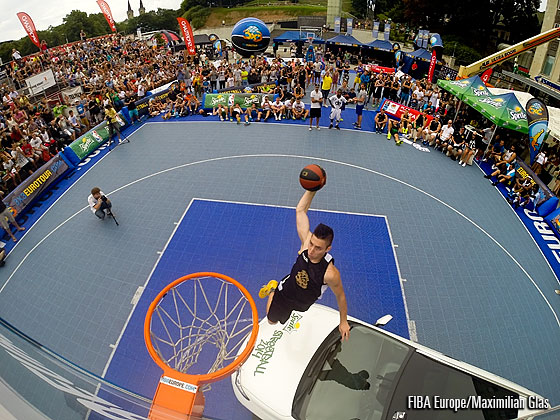 Renars Bulduris tried to compete and impressed the fans with this almost over-the-car dunk