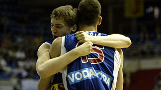 Players of Serbia & Montenegro celebrating after beating Russia 75-50