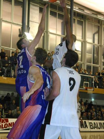 Polonia's Antonio Harvey gets this jump hook over the outstretched hand of Ural Great's Ksistof Lavrinovic