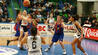 Alicia Poto (Bourges) is set to fire and gets the ball to her position.