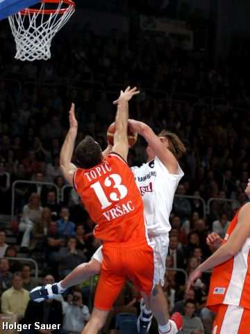 Hamann (Bamberg) goes to the hoop